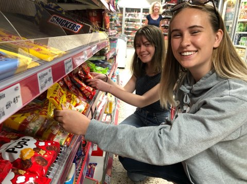 GODTEJENTER:- Nærbutikken har alt det vi trenger av godterier, sier Signe Nilsskog og Line Undrum. FOTO: Ole Jonny Johansen
