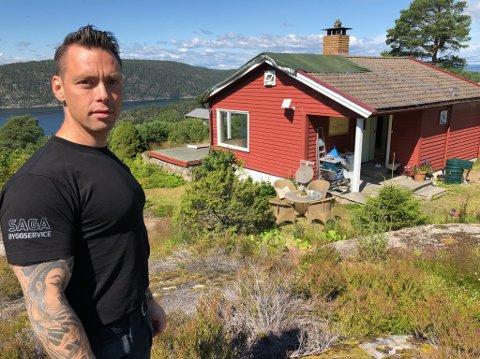 RESTAURERING: Marius Andreassen ved ei hytte på Gylte som han er i gang med å restaurere. FOTO: Ole Jonny Johansen