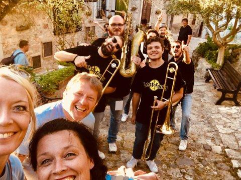 Kultursjef Ellen Knutsen, Trude Evensen og Rune Bergflødt foran bandet  LestoFunky Steet Band i Italia tidligere i sommer.