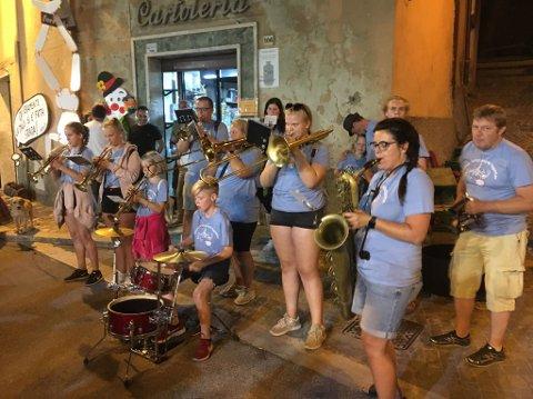 Nesodden street band har inntatt gatene i Tolfa. Fredag gikk de i paraden som åpnet festivalen.
