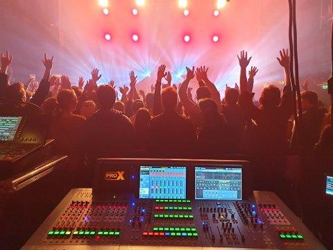 Bilde fra releasekonserten på Rockefeller med Svømmebasseng.
