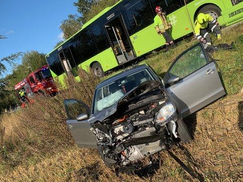 Smalt skikkelig: Personbilen havnet ute på jordet etter å ha truffet sørgående rutebuss i fronten rett ved Berger stadion på fylkesvei 156.