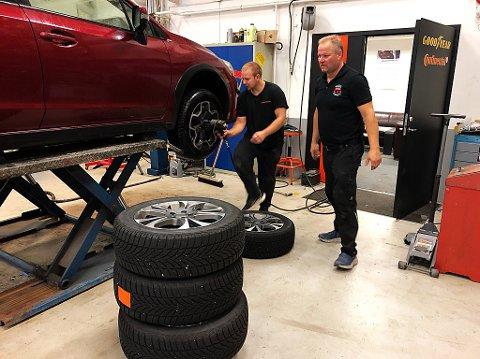 I FULL GANG: Bjørn Erik Godlien (t.h.) forteller at dekk-kjøret nå er i full gang. FOTO: Ole Jonny Johansen