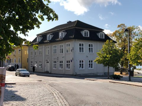 FORTSATT LEDIG: To av fem kontorer er leid ut i Storgata 1. Det største butikklokalet  mot Storgata og Torget er fortsatt ikke utleid. FOTO: Ole Jonny Johansen