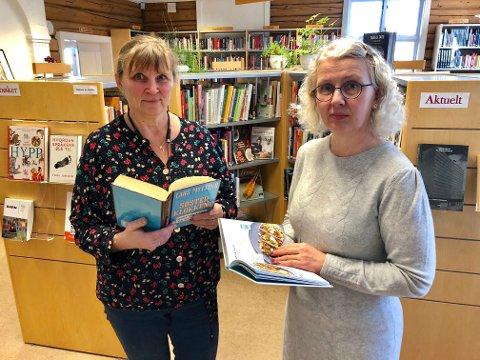 Leter etter løsninger: Biblioteksjef Torild Berg (til h.) og bibliotekar Helene Stubberud er innstilt på å snu hver stein og har som mål at kuttet skal gå minst mulig utover brukerne av Frogn bibliotek.