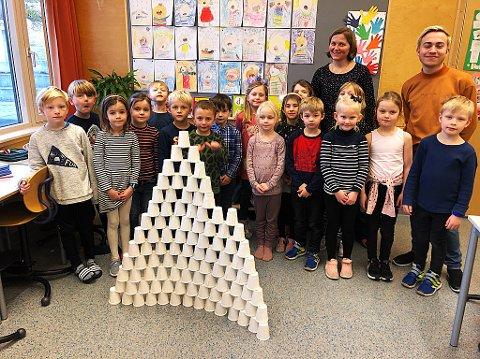 100 DAGER: Å stable 100 kaffekopper i en pyramide var en av oppgavene for 1. klassen til  kontaktlærer Nina Sandersen. Til høyre lærer Kristian Gran.  FOTO: Ole Jonny Johansen