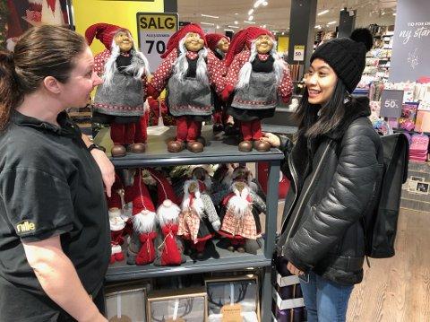 - NEI TAKK:  Sophia Berthelsen (t.h.) lar seg ikke overtale til å kjøpe julepynt og julegaver til sterkt reduserte priser av  Kristin Johansen hos Nille ved Amfi Drøbak City. FOTO: Ole Jonny Johansen