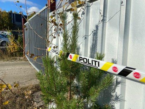 INGEN ADGANG: Politiet har dratt opp mange sperrebånd rundt eiendommen i Holterkollveien. Ingen har adgang til tomta.  FOTO: Ole Jonny Johansen