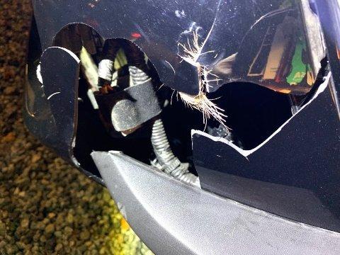 TRAFF RÅDYRKALV: Bilen til Ivar Ruud Eide fikk ødelagt venstre frontlykt og skiltet foran på bilen spratt av etter møtet med rådyrkalven torsdag kveld.