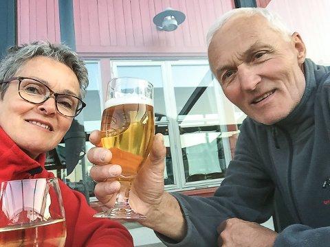 Starten: Her koser Kari og Trygve seg med første stopp i Lillesand 24. mai – og utbringer en skål for starten på Norskekysten. Foto: Privat