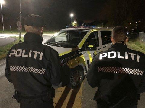 Politiet aksjonerte på eiendommen fredag kveld. Rundt midnatt ble en mann i 40-årene pågrepet. Foto: Ivar Ruud Eide