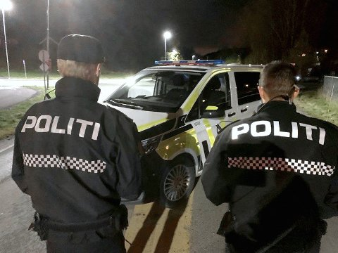 PÅ PLASS: Politiet måtte mandag morgen, rykke ut med tre patruljer til en adresse på Vinterbro. Saken handlet om naboer som kastet stein på hverandre. Her ser du bilde fra fredagens aksjon.