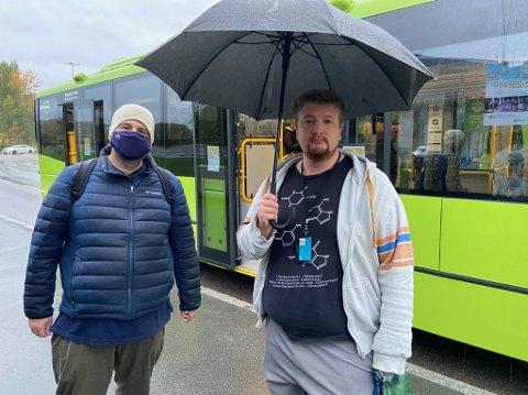 ULIKT: Majkel Van der Brink og Petter Mikkelsen på vei inn i bussen ved Dyrløkke tirsdag morgen. FOTO: Ole Jonny Johansen