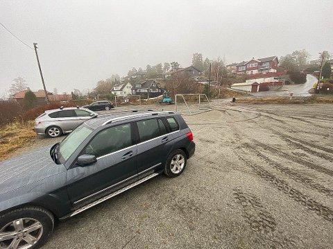 PARKERING: Balløkka Skrubben i Elleveien brukes som parkeringsplass. Nå har Frogn kommune bestilt port som skal forhindre dette.