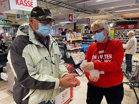 PÅPASSELIG: Ellen Einbu Moen står vakt ved kassene på Meny, og sørger for at blant andre Horst Quasny får antibac på hendene. FOTO: Ole Jonny Johansen