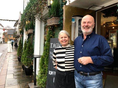 Åpen dør: - Utgiftene tikker uansett, vi kan ikke bare lukke døra, sier Elisabeth Meisal og Per Klynderud, som driver Café Drøbak midt i sentrum.