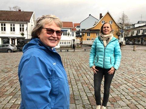 Tok steget fram: I mars meldte Runi Hoven (til v.) seg til frivillig innsats. Blant annet er hun trafikkvakt på teststasjonen ved Frogn rådhus. Til høyre frivillig-leder Gro Paulsen.