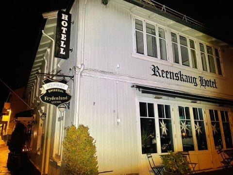 UTFORDRING: Strømbruddet skaper store problemer for Reenskaug Hotel hvor en rekke gjester venter på middagen.