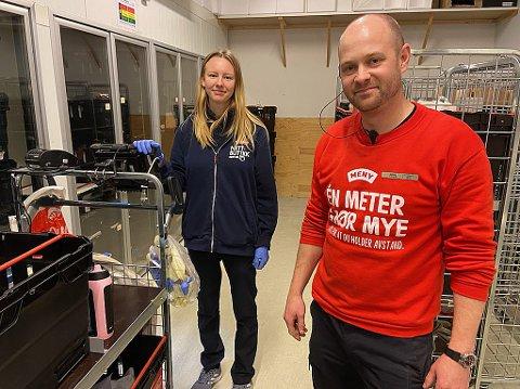 STERK VEKST: André Malones og Nina Larsson ved Amfi Drøbak City vurderer nye løsninger for å ta unna den sterke veksten i netthandel. FOTO: Ole Jonny Johansen