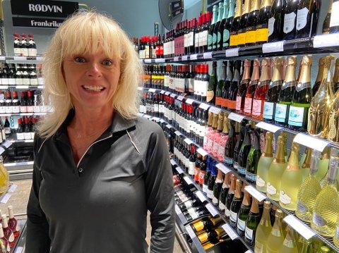 FORNØYD: - Jeg er veldig glad for at jeg fikk en jobb ved vinmonopolet i Ski, forteller Nina Instefjord. FOTO: Ole Jonny Johansen