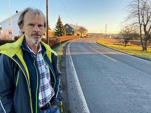 - ENDELIG:  - Jeg føler meg utrygg når jeg sykler langs denne veien. Og skoleunger får skoleskyss fordi det er for skummelt å gå her. Endelig får vi gang- og sykkelvei, sier Bjarne Braastad. FOTO: Ole Jonny Johansen
