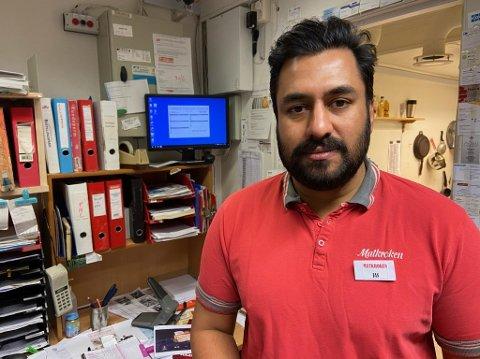 Jaskaran Singh, kjøpmann på Matkroken i Drøbak, forteller at de har hatt 40 prosent økning på pakker i post i butikk.