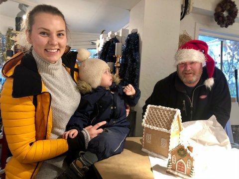 Kjøpte julehus: Carina Pedersen sverger fortsatt til ekte juletre, og kjøpte i stedet et pepperkakehus, som kan vare lenge. Sønnen Philip oppdaget julenissen -  og daglig leder, Øystein Ottmann.