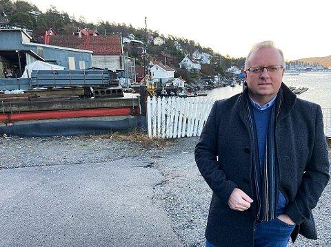 TO INTERESSENTER: - Foreløpig har to interessenter meldt seg for å kjøpe tomta for 25 millioner kroner, sier Glenn Julseth hos Foss&Co i Drøbak. FOTO: Ole Jonny Johansen