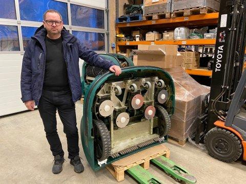 ROBOTKLIPPERE:  –  Vi selger store  robotgressklippere, og  den minste robotgressklipperen vi har rekker over et areal på 12 mål, sier Olav Dvergsdal. FOTO: Ole Jonny Johansen