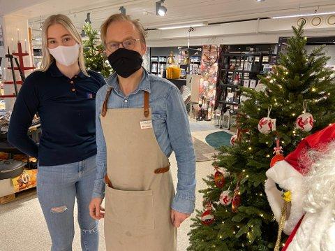KUNSTIG: - Vi har solgt oss bortimot tomme for kunstige juletrær, sier Nora Haugen og Claus Fredø hos Jernia City Farger ved Amfi Drøbak City. FOTO: Ole Jonny Johansen