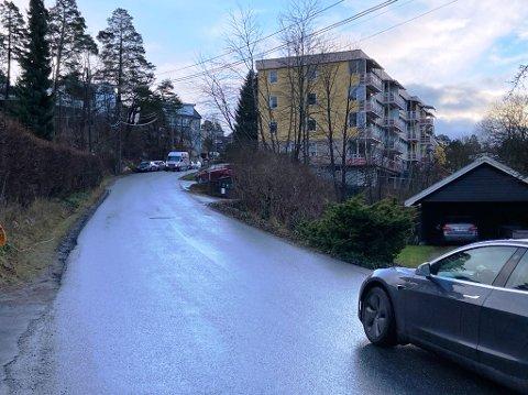 HER: Det er i dette området av  Vestbyveien at beboerne i blokka til høyre ønsker fartsdempende tiltak. FOTO: Ole Jonny Johansen