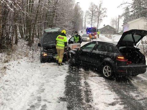 GLATT OG SMALT: To biler er involvert i en trafikkulykke på Vestbyveien mandag. Det var mye snøslaps i veien og smalt på ulykkesstedet.