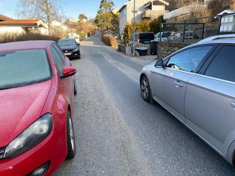 SMALT: Det sier seg selv at det blir vanskelig for en lastebil å komme fram i Solveien når det kommer møtende trafikk. FOTO: Ole Jonny Johansen