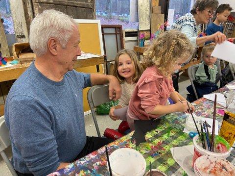 BESTEFAR PÅ VAKT: Mats Eriksson sørget for at barnebarna Adele (6) og Nellie (4) kom seg på tegnekurs. FOTO: Ole Jonny Johansen