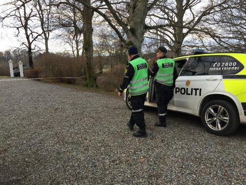 En person ble funnet død etter en bilbrann ved Værne kloster fredag morgen.