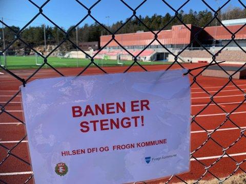 TYDELIG BESKJED: Ved fotballbanene i Frogn henger det tydelig beskjed om at banene er stengt inntil videre på grunn av koronaviruset.