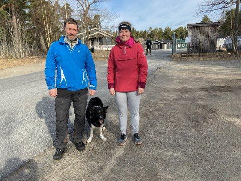 ROLIGERE: - Det er roligere tider, sier Eivind Voldene, som mandag formiddag var på tur med bikkja og datteren Thea. FOTO: Ole Jonny Johansen