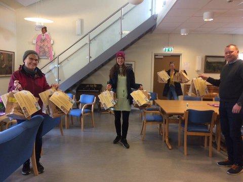 STILTE OPP: Rektor, lærere og assistenter stilte opp for å reise rundt til samtlige 62 elever med en påskpose.