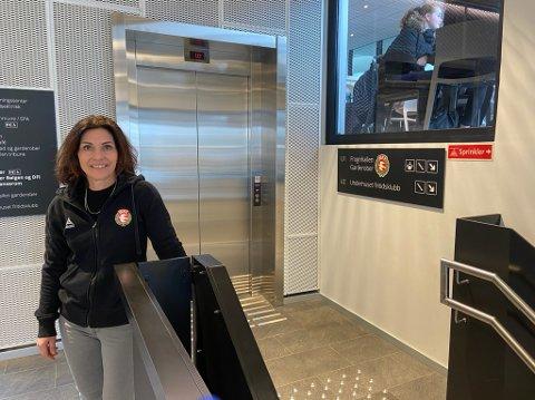 HEIS: - Rullestolbrukere må komme inn  hovedinngangen for så å ta heisen ned til stadionanlegget. Alternativt ta en av portene dersom de står åpne, sier Teresa Storrud Visedo. FOTO: Ole Jonny Johansen