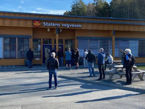 KØ: Bildet er tatt klokken 09.00 mandag morgen da trafikkstasjonen åpnet dørene, og køen av mennesker er allerede begynt å bli lang. FOTO: Ole Jonny Johansen