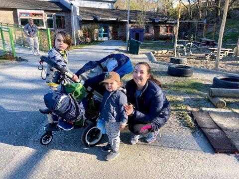 - BRA: - Det er bra å få tilbake litt av hverdagen, sier Hilde Knudsen. Her med barna Filip (4) og Fredrik (snart 2).  Mandag var barna tilbake i barnehagen i Frogn.