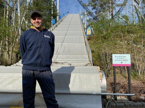 VENTER: Foreløpig må driftsleder Erik Abelsen vente med å åpne rulletrappa opp til parken. FOTO: Ole Jonny Johansen