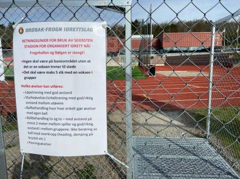 INGEN TVIL: De som er tvil, kan bare lese retningslinjene for idretten på denne plakaten ved Seiersten stadion. FOTO: Ole Jonny Johansen
