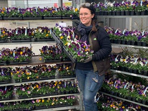 GLEDE: Espely Hagesenter, her med daglig leder Hilde Kristiansen, donerte bort mange blomster til Ullerud.