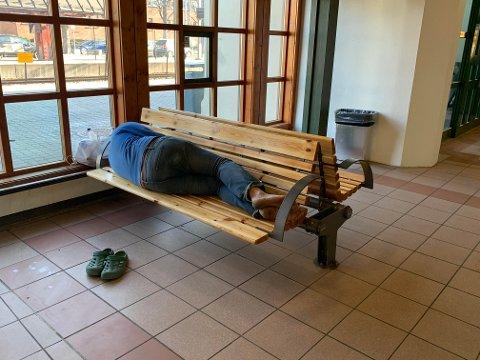 Mannen både sover og oppholder seg på Fredrikstad jernbanestasjon. Han har blitt vist vekk flere ganger, men kommer stadig tilbake. Vedkommende har godkjent at bildet av ham brukes i en artikkel.