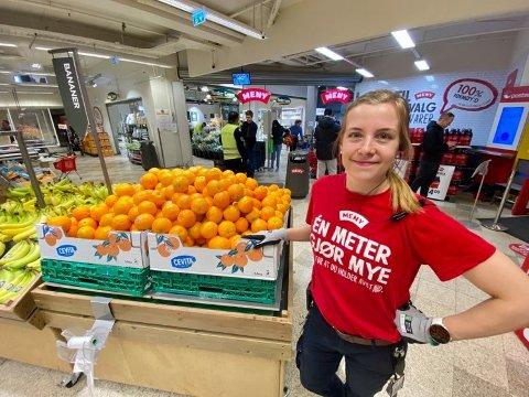 VAKTER: Hilde Arstad står foran vakten som passer på at ikke for mange kommer inn i butikken.