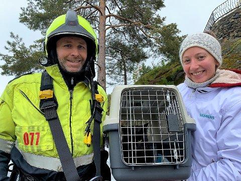 Redningsmannen Thore Thoresen og en sjeleglad og takknemlig katteeier Caroline Jensen med Rosa (2) trygt i katteburet.