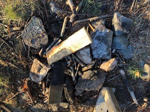 RESTER ETTER BÅLBRENNING: I helgen skal noen både ha tent bål og forsøplet på Torkildstranda i Drøbak.