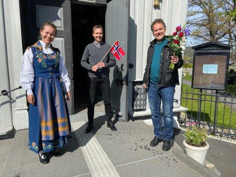 KLARE: Menighetsmusiker Svanhild Moen Refvik, sogneprest Dag Kjetil Hartberg og diakon Atle Eikeland ønsker velkommen til gudstjeneste i Drøbak kirke på 17. mai. FOTO: Ole Jonny Johansen