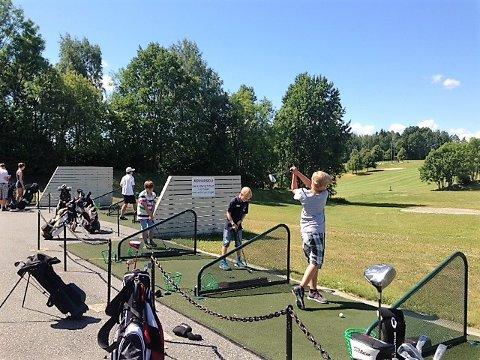 Bildetekst:  GOLFCAMP: I løpet av Golfcampen får deltagerne prøve seg både på drivingrangen og på banen.